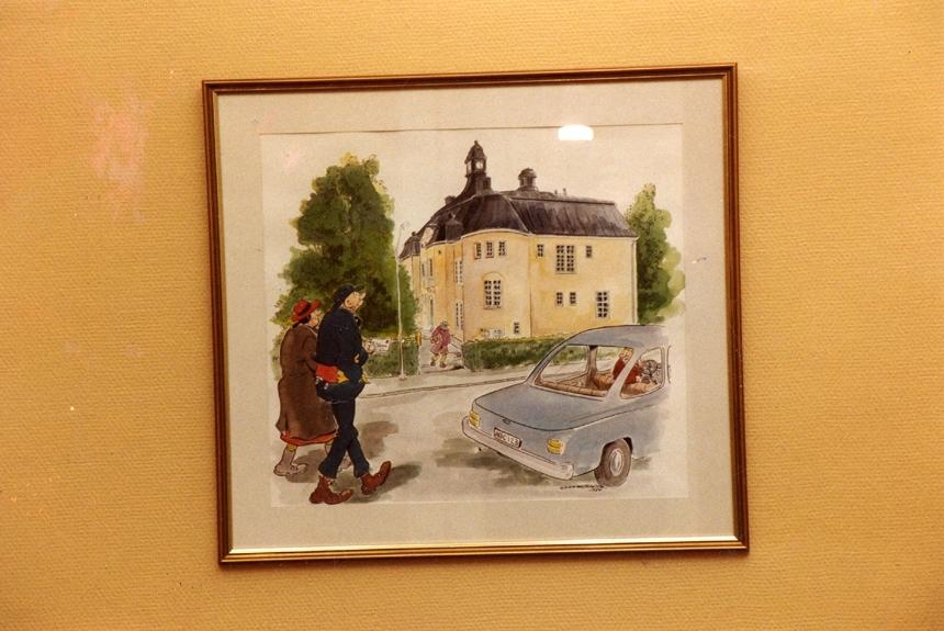 Inramad originalteckning av Gunnar Persson, med Kronblom och posthuset, på väggen i postmästarens rum. Gunnar Perssons far, Elov, bodde i Storvik. Husets adress är dock numera Trädgårdsgatan 10, men kvarteret där det ligger heter Kronblom.