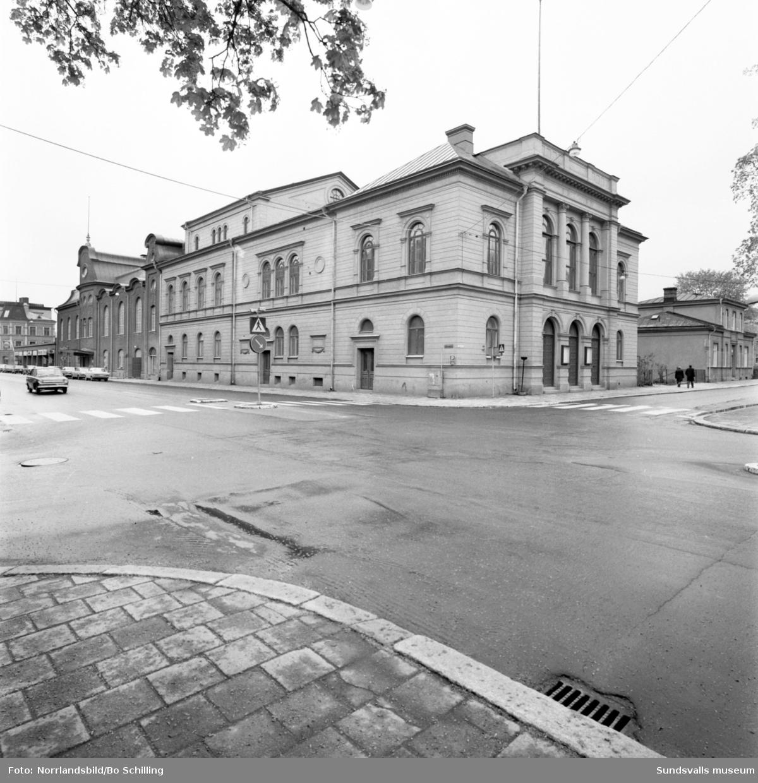 Interiörbilder, samt en exteriörbild, från Sundsvalls Teater, Esplanaden 19. Fotograferat för Centrala byggnadskommittén.