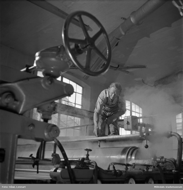 Man i arbete vid PM12, viraparti, på Papyrus i Mölndal, 13/5 1955.