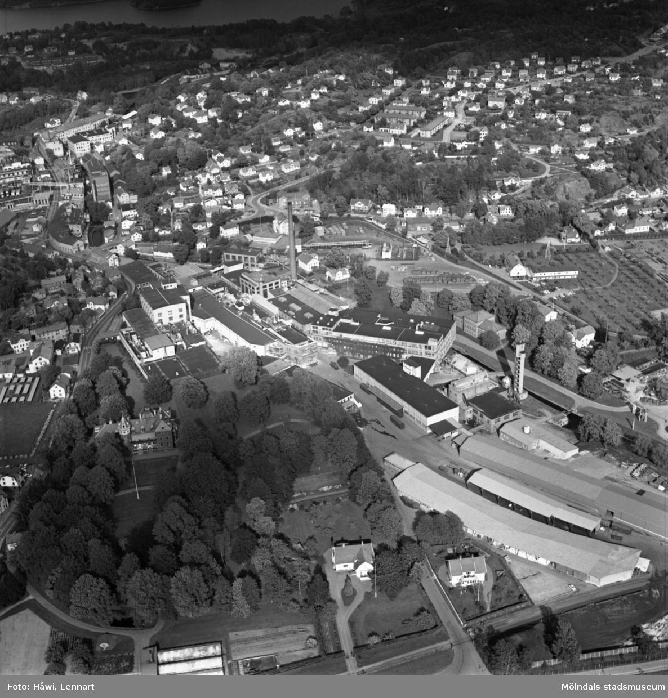 Flygfoto över Papyrus fabriksområde i Mölndal, 9/6 1969. Till höger om fabriksbyggnaderna syns Yngeredsfors fruktodlingar.