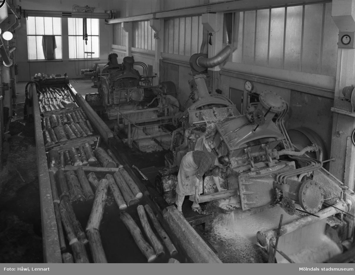 Man i arbete vid sliperiet på Papyrus i Mölndal.