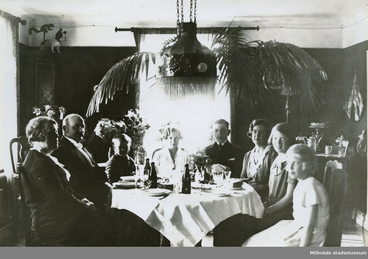 """Foto ur album som tillhört Edit Melin med bildtext:""""Lite mat smakade gott efter nattvarden. Tant Alma, pappa, jag, Frits, mamma, Sonja å Marianne.""""Edit Viola Persson föddes 31/10 1918. Hon växte upp på Wallinsgatan i Mölndal där hennes far Verner Persson ägde och drev en handelsträdgård. Modern Hette Elvira men kallades Vera. Edit hade två bröder, storebror Fritz och lillebror Per Olof """"Pelle"""". Hon arbetade åt sin far redan som barn med grönsaksodling o. dyl. """"Vi fick trycka ner folkskiten runt gurkorna med bara händerna"""", berättade hon. Verner var mycket sträng och barnen fick jobba hårt. I ungdomen gick hon på Wendelsbergs folkhögskola. Hon träffade Åke Melin från Kållered som tillsammans med brodern Gösta Melin hade Bröderna Melins Vattenfabrik. Åke och Gösta drev även ett mindre cementgjuteri och sågade is på Tulebosjön om vintrarna. Edit och Åke gifte sig 28/6 1947 på Slottsvikens pensionat. Paret fick två söner, Lars Åke och Sven Olof (Olle). Under några år på 1950-talet ägde hon Edits Blomsterhandel på Sanatoriegatan 27 i Kålltorp. Hon jobbade sedan i vattenfabriken tills den lades ned 1974. Edit avled 11/10 2000 efter en tids sjukdom."""