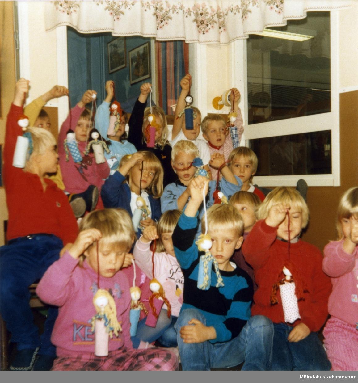 Dagisbarnens egna dockor. Dockteater hos Gastorp deltidsgrupp 1986-11-20. Fotografi ur album tillhörande Blanka Kaplan.