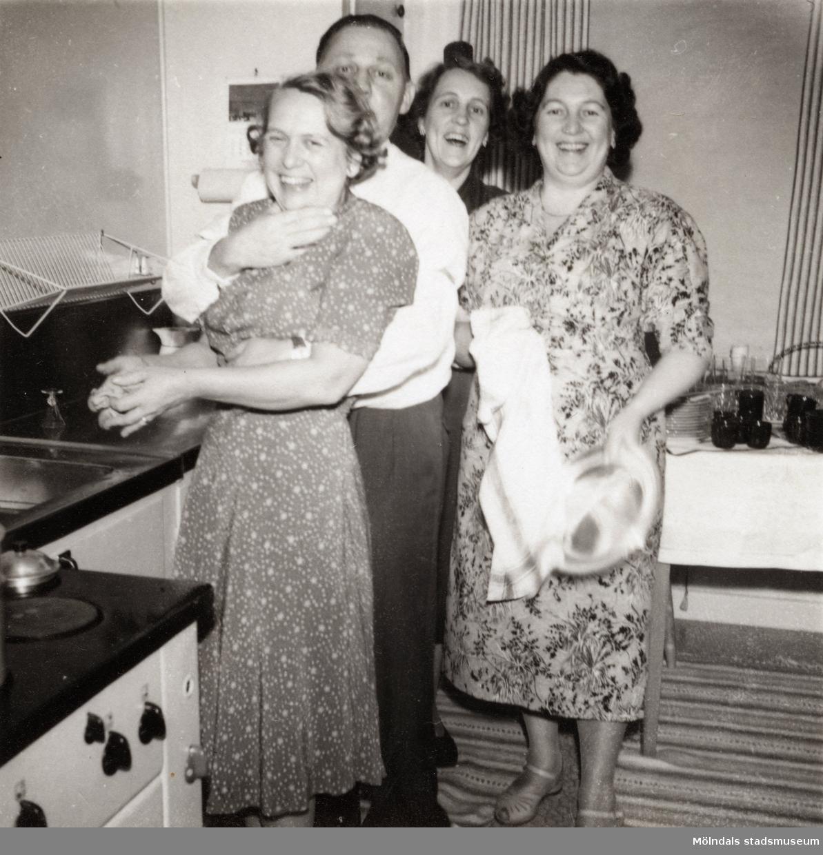 Köket på Solhemsgatan 10 efter 1948. Inga-Lill och Åke Börjesson tillsammans med Inga-Lills systrar Maj-Britt och Linnéa.