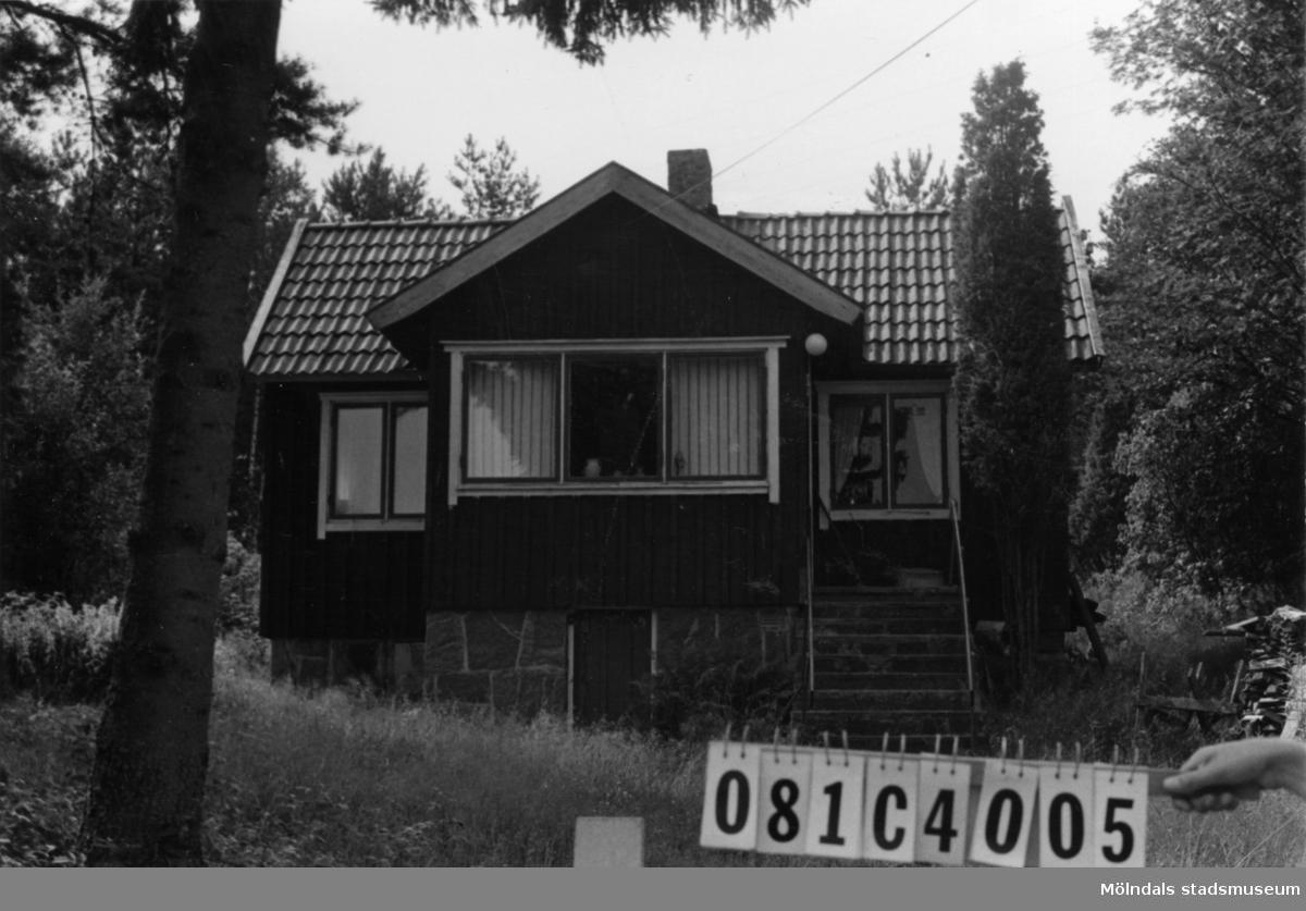 Byggnadsinventering i Lindome 1968. Greggered 1:22. Hus nr: 081C4005. Benämning: permanent bostad och redskapsbod. Kvalitet, bostadshus: god. Kvalitet, redskapsbod: dålig. Material: trä. Tillfartsväg: framkomlig.