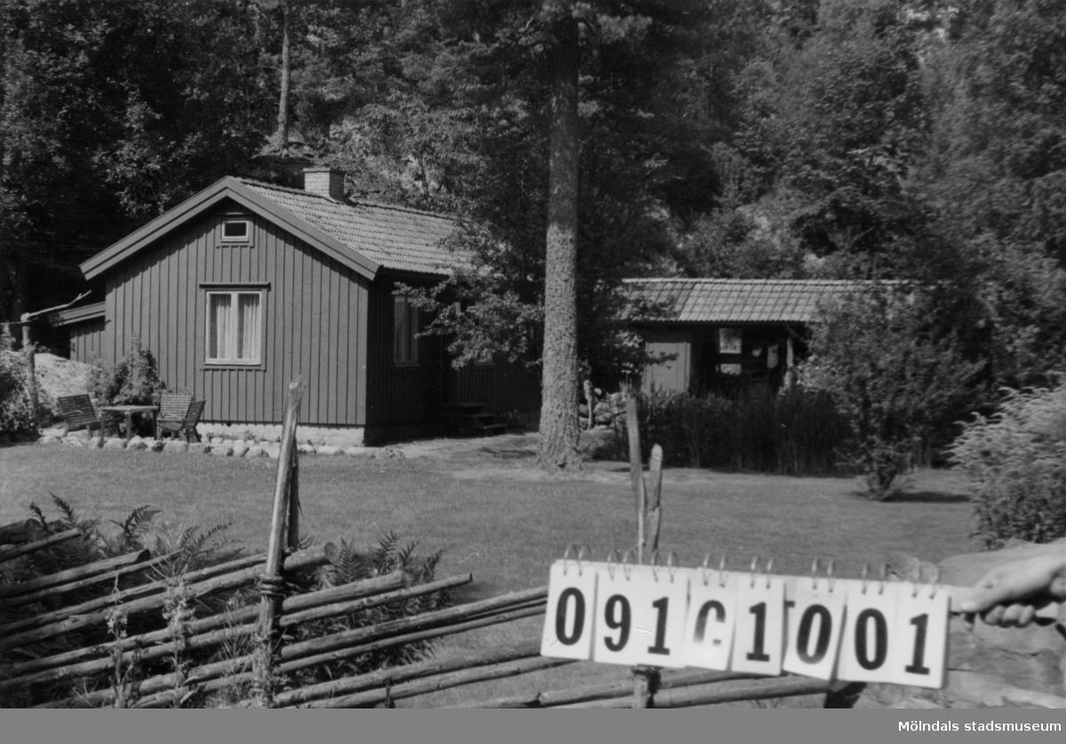 Byggnadsinventering i Lindome 1968. Dvärred 3:11. Hus nr: 091C1001. Benämning: fritidshus och redskapsbod. Kvalitet, fritidshus: mycket god. Kvalitet, redskapsbod: god. Material: trä. Tillfartsväg: framkomlig. Renhållning: soptömning.