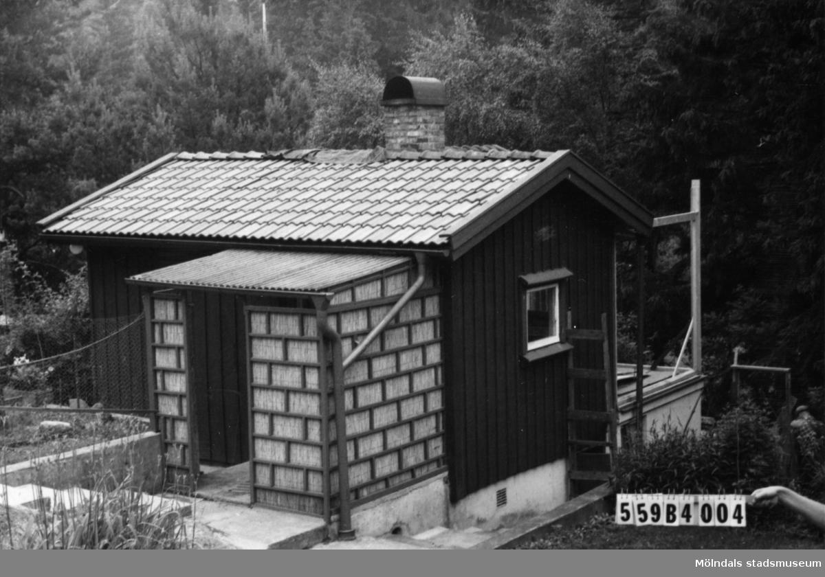 Byggnadsinventering i Lindome 1968. Torkelsbohög 1:27. Hus nr: 559B4004. Benämning: fritidshus, redskapsbod och garage. Kvalitet, fritidshus och redskapsbod: god. Kvalitet, garage: mycket god. Material, fritidshus och redskapsbod: trä. Material, garage: sten. Tillfartsväg: framkomlig.
