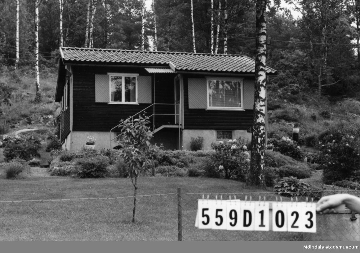 Byggnadsinventering i Lindome 1968. Långås 1:22. Hus nr: 559D1023. Benämning: fritidshus. Kvalitet: god. Material: trä. Tillfartsväg: framkomlig. Renhållning: soptömning.
