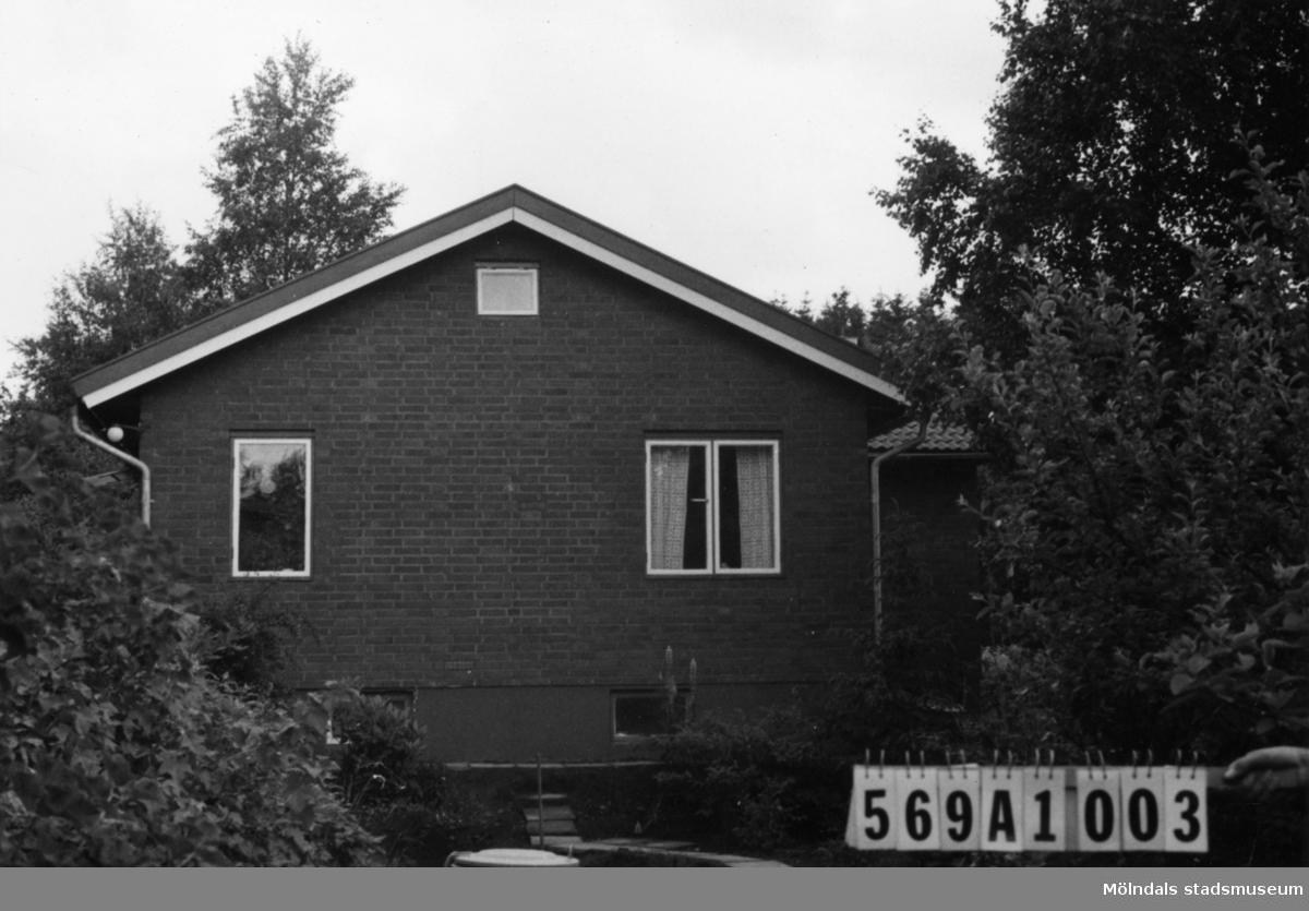 Byggnadsinventering i Lindome 1968. Ingemantorp 1:19. Hus nr: 569A1003. Benämning: permanent bostad och garage. Kvalitet: mycket god. Material: rött tegel. Övrigt: garaget under byggnad. Tillfartsväg: framkomlig. Renhållning: soptömning.