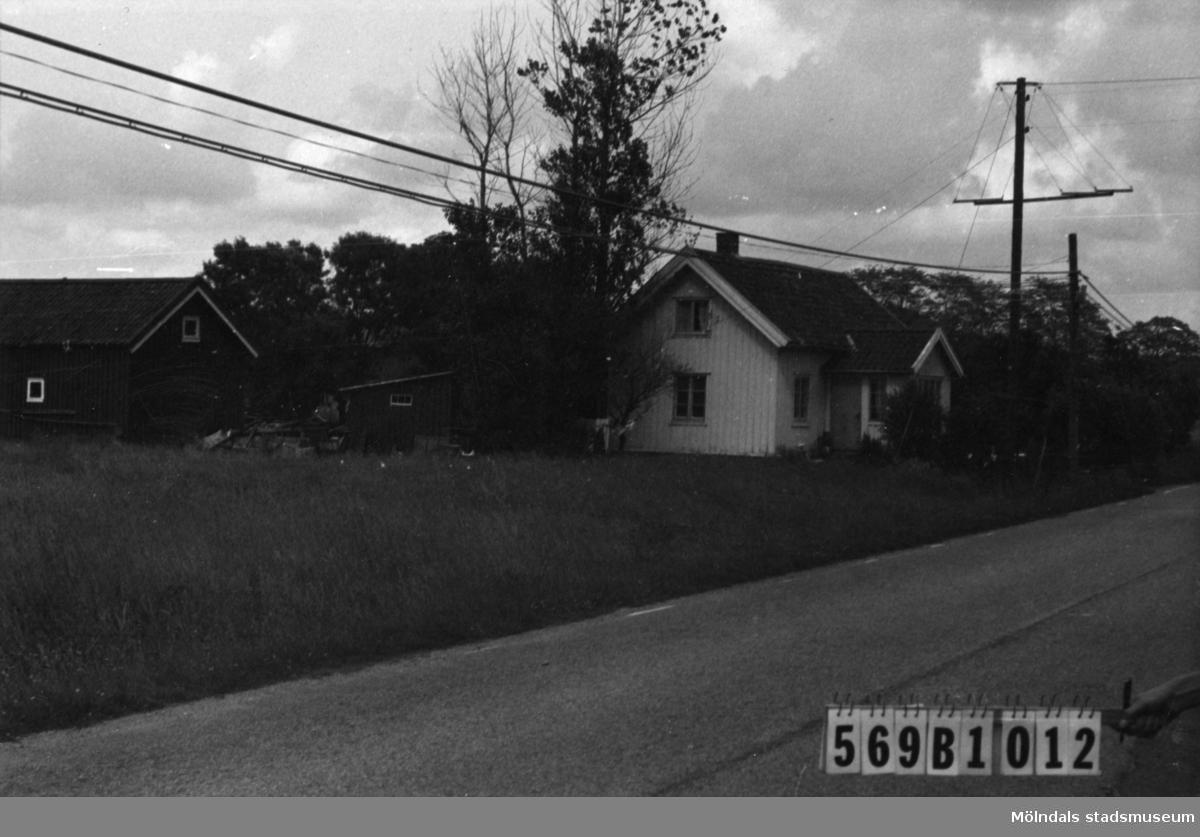 Byggnadsinventering i Lindome 1968. Fågelsten 1:14. Hus nr: 569B1012. Benämning: permanent bostad, ladugård och redskapsbod. Kvalitet: god. Material: trä. Tillfartsväg: framkomlig.