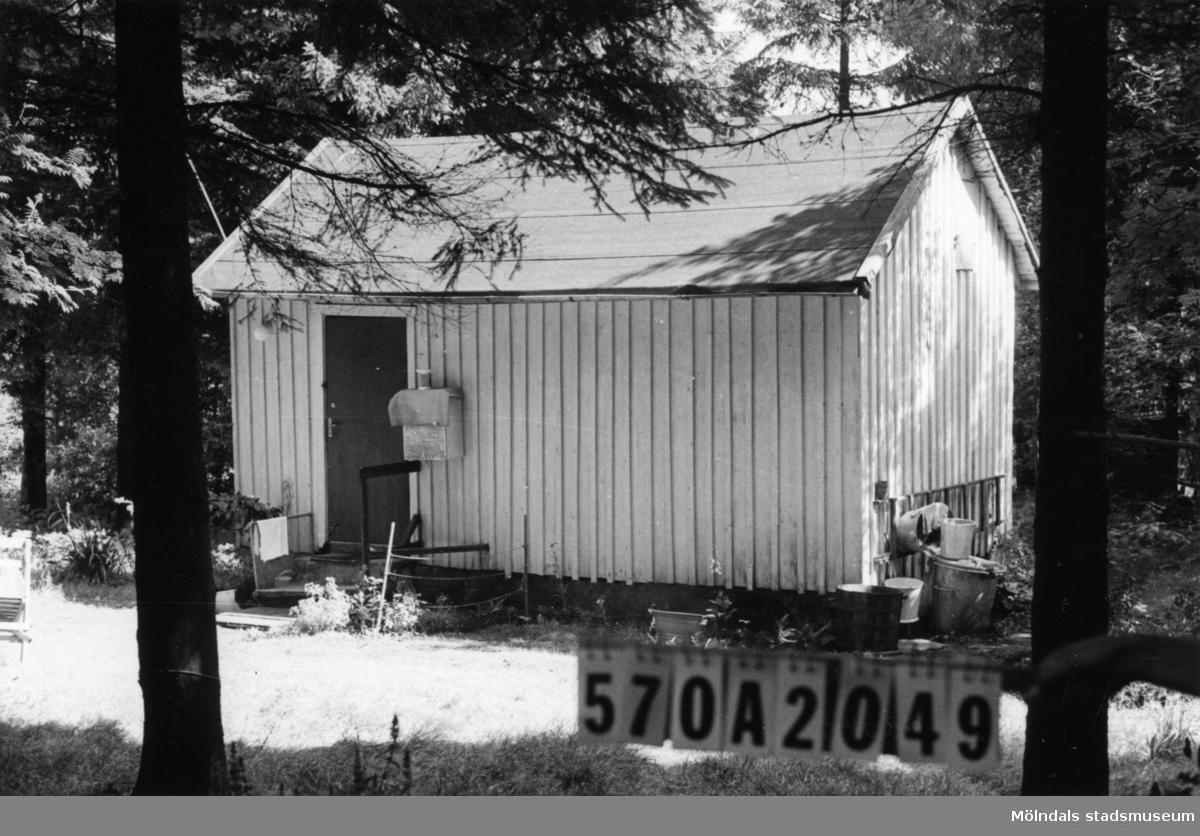 Byggnadsinventering i Lindome 1968. Bräcka (1:21). Hus nr: 570A2049. Benämning: fritidshus och redskapsbod. Kvalitet: mindre god. Material: trä. Övrigt: risig naturtomt. Tillfartsväg: framkomlig.