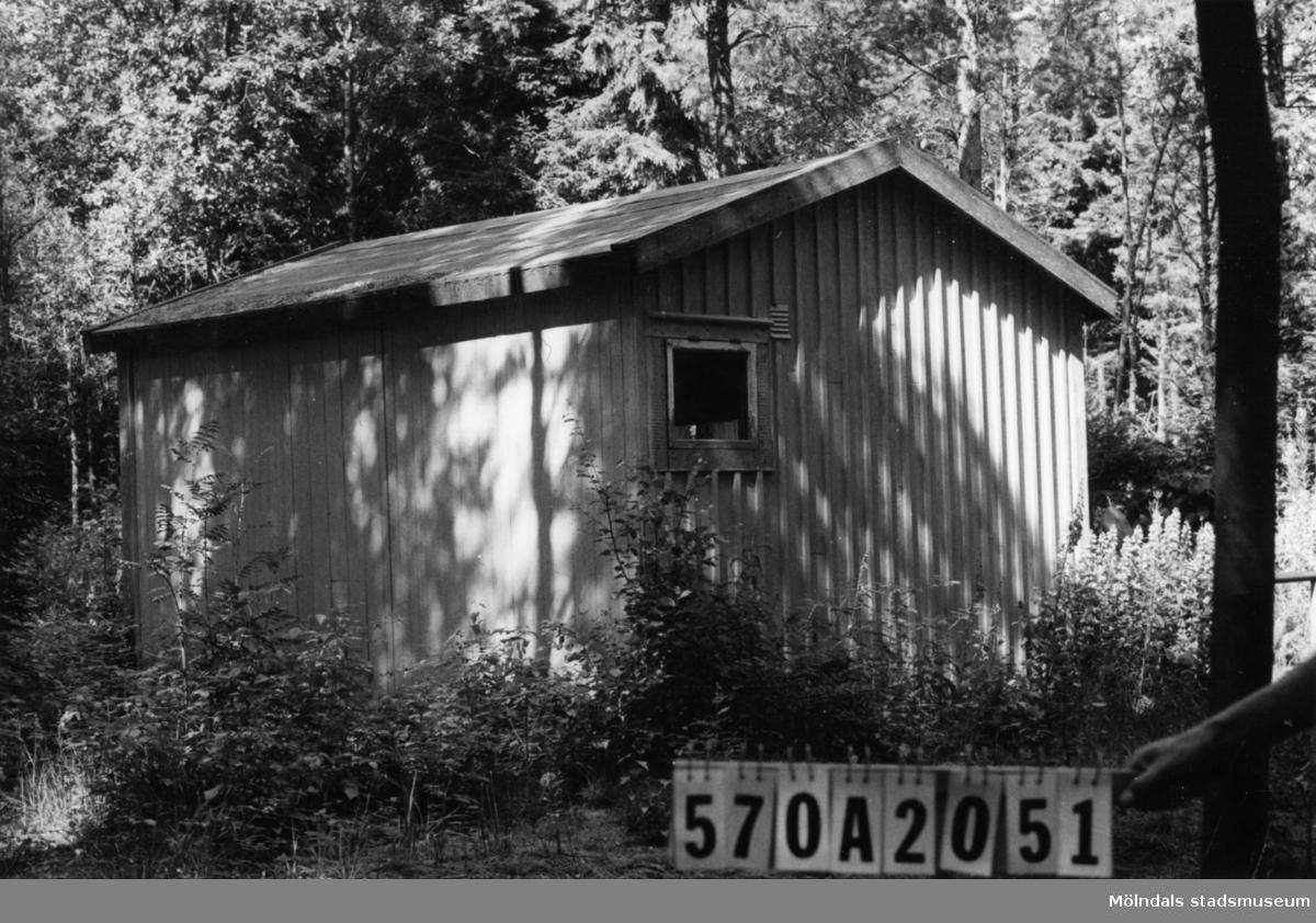 Byggnadsinventering i Lindome 1968. Bräcka (1:21). Hus nr: 570A2051. Benämning: fritidshus och redskapsbod. Kvalitet: mindre god. Material: trä. Tillfartsväg: framkomlig.