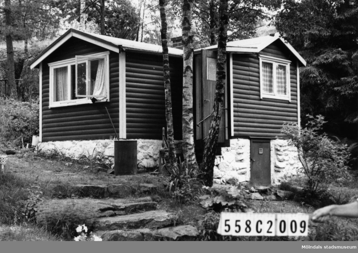 Byggnadsinventering i Lindome 1968. Långås 1:26. Hus nr: 558C2009. Benämning: fritidshus, gäststuga och redskapsbod. Kvalitet, bostadshus och gäststuga: god. Kvalitet, redskapsbod: mindre god. Material: trä. Tillfartsväg: ej framkomlig.