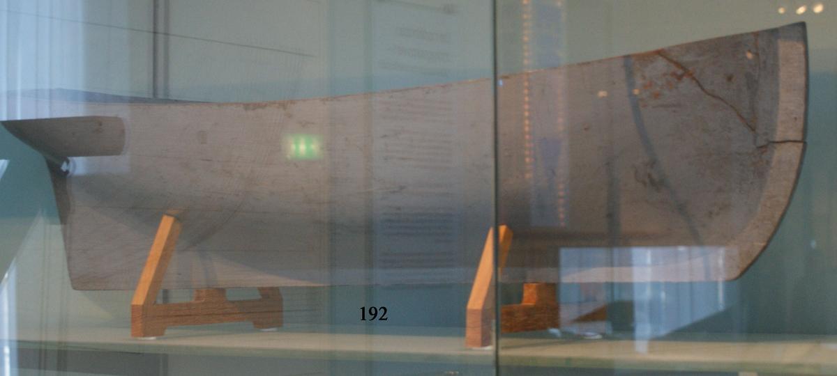 Fartygsmodell, av trä, urholkad ur ett stycke trä, gråmålad.