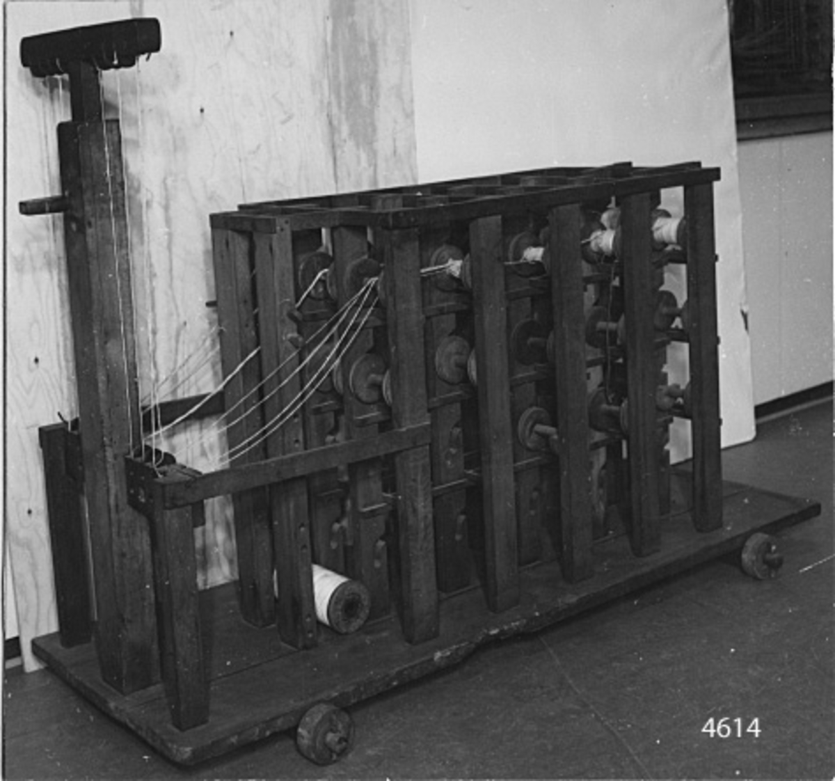 Garnställning med plats för 60 stycken rullar av trä till bomullsgarn, att avrullas vid slagning av tågvirke. Rullarna lagrar oberoende av varandra. Vid avrullningen föres garnet ut från rullarna runt trissor av järn, lagrade på en tvärslå samt över dess trissor för att fortsätta till slagning av tågvirke. ställningen flyttbar på fyra stycken hjul av trä.