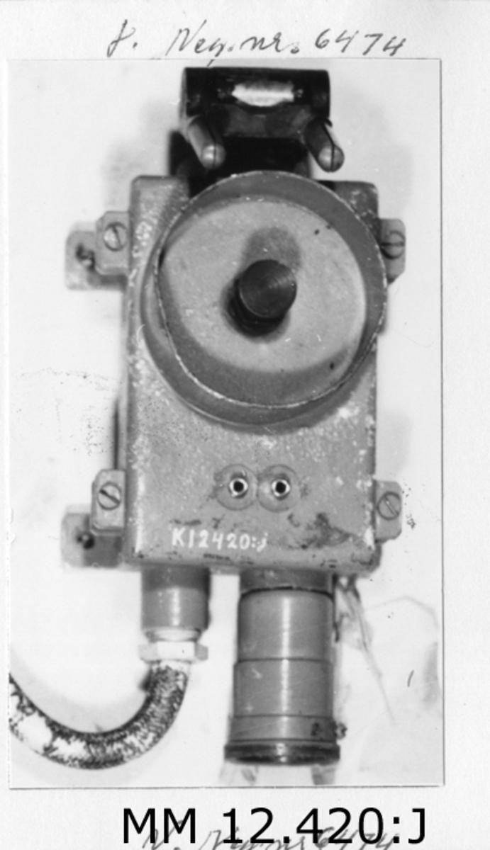 Kontakt för repeterkompass till gyrokompass Sperry´s system. I kåpa av gjutjärn. Gråmålad.