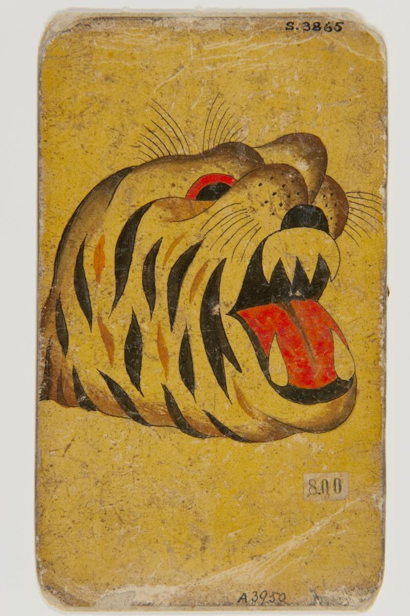 """Tatueringsförlaga. Gapande tigerhuvud med svarta och bruna ränder.  """"För en sjöman kunde den här typen av motiv visa att man varit i ett exotiskt land. Tigern kunde visualisera det exotiska. Kanske ville bäraren låna lite av egenskaperna hos det här djuret. Det kan vara ett alter ego. Tigern kan symbolisera kraft, gnista och kämpaglöd, men också rovlystnad och passion. Det kan också uttrycka kärlek till naturen. Idag har tigern blivit allt vanligare som motiv, ofta influerad av japansk tatueringskonst.   Text från appen """"Tatuera dig med Sjöhistoriska"""" som gjordes i samband med utställningen Tro, hopp och kärlek 2012.S"""