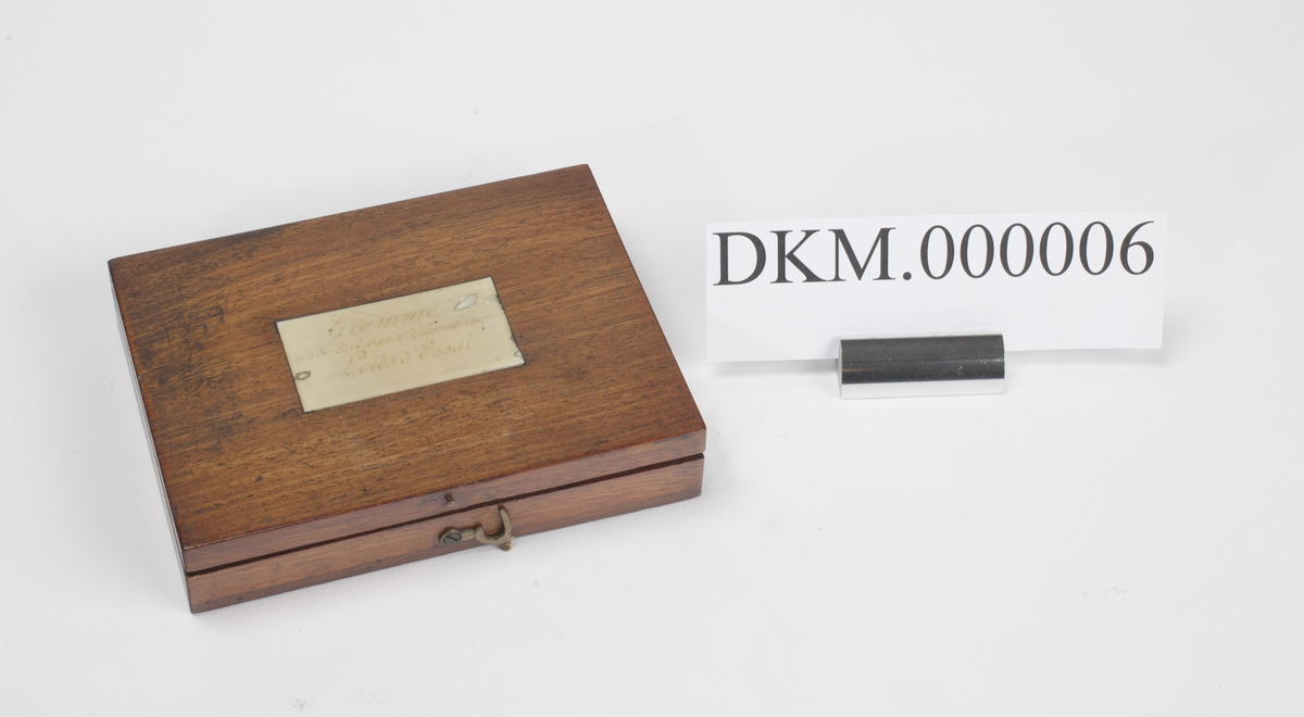 """Vekten, kronesymbol og """"VG"""" (Justervesenet) stemplet i hvert lodd.  Lodd som mangler : 100 mg, 50 mg, 20 mg, 2x10 mg, 5 mg, 2 mg, 2x1 mg, 2x0,5 mg og 2x0,25 mg."""