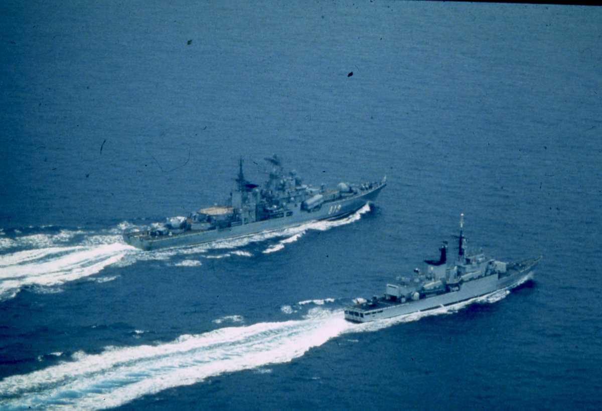 Bak i bildet sees et Russisk fartøy av Sovremenny - klassen og nærmest sees et Italiensk fartøy av Lupo - klassen.