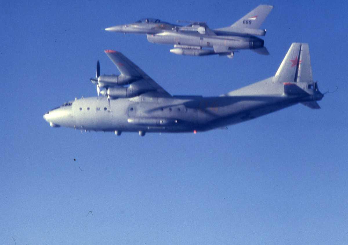 Russisk fly av typen Cub med nr. 04 og en F-16 øverst i bildekanten med nr. 669.