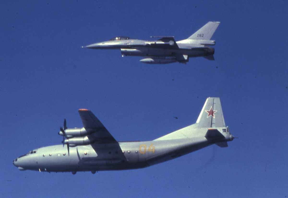 Russisk fly av typen Cub med nr. 04 og en F-16 øverst i bildekanten med nr. 282.