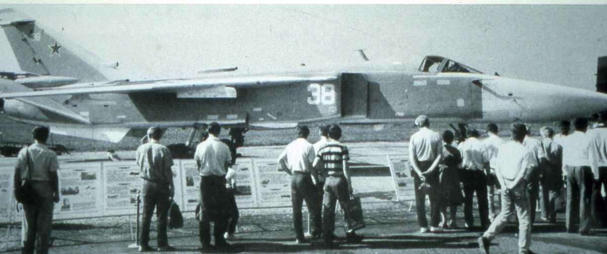 Russisk fly av typen Sukhoi Su-24MK Fencer D med nr. 38. Bildet viser mange mennesker som besiktiger flyet.