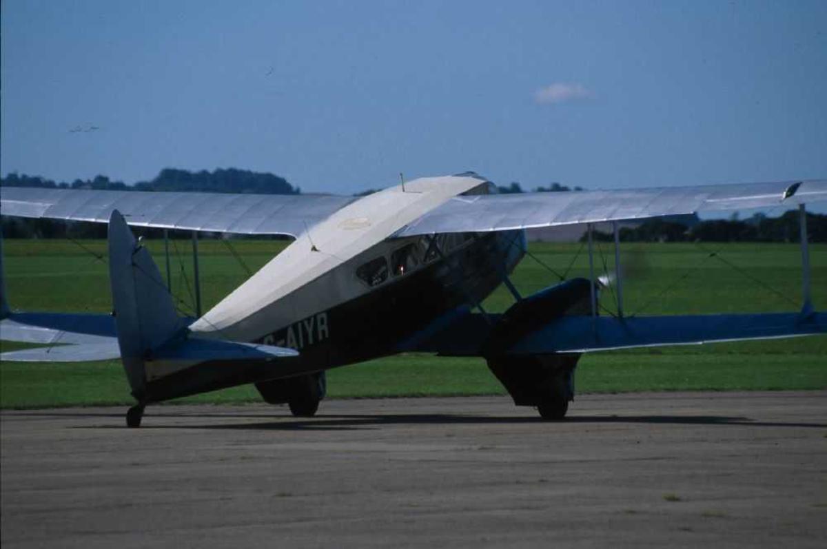 Ett fly på bakken, De Havilland DH-89A Dominie, G-AIYR.