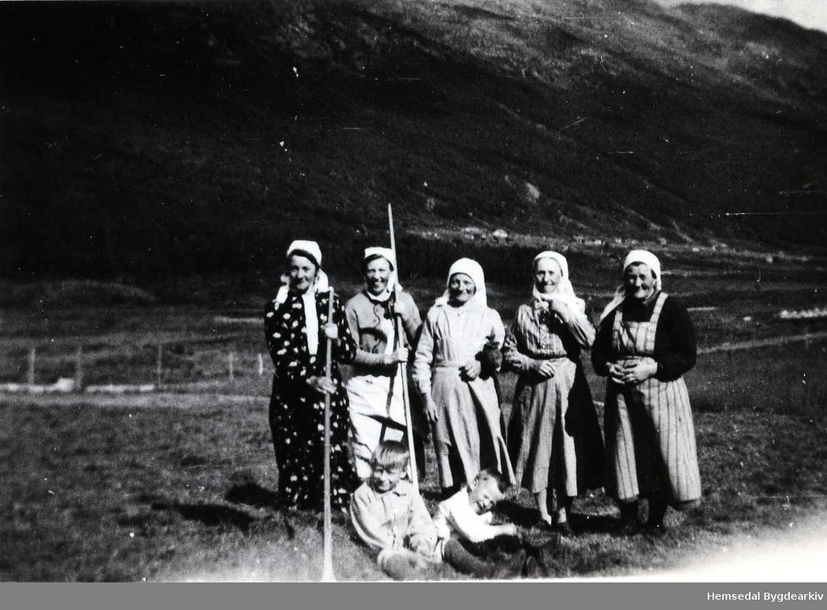 Frå venstre: Birgit S. Tuv (jente-Birgit), Birgit Vøllo, Anne N.Tuv, Anne O. Tuv, eigar av garden Tuv nedre,  og Ågot Vøllo. Gutane er ukjende.