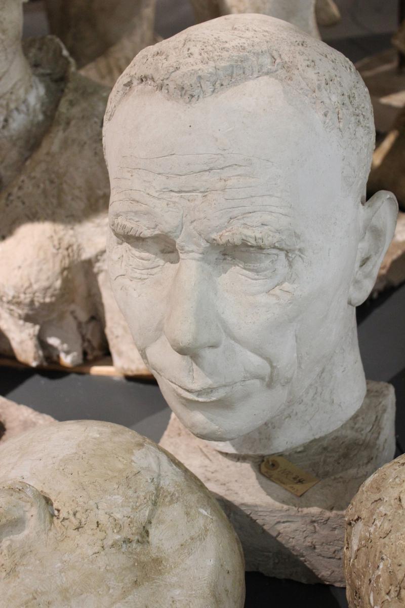 """Portretthode av """"FRITZ OLSEN"""" fra 1953 laget i gips."""