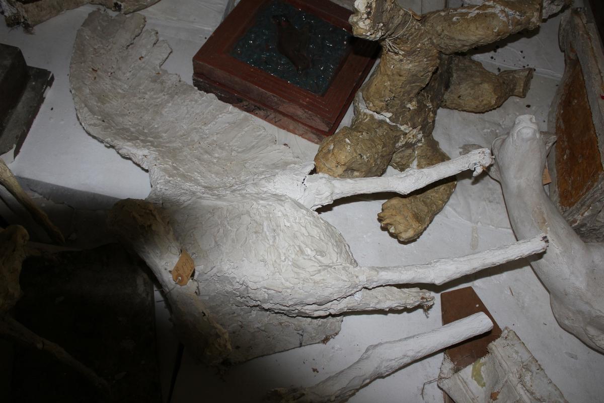"""Skulpturer i gips i flere deler av tranefugler og sokkel. Tittel: """"Tranedans"""". Utkast."""