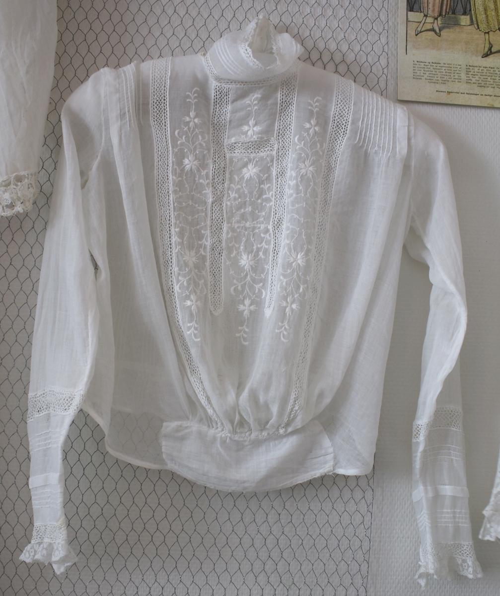 Hvit høyhalset bluse, blone og broderi front, blondekant på armene.