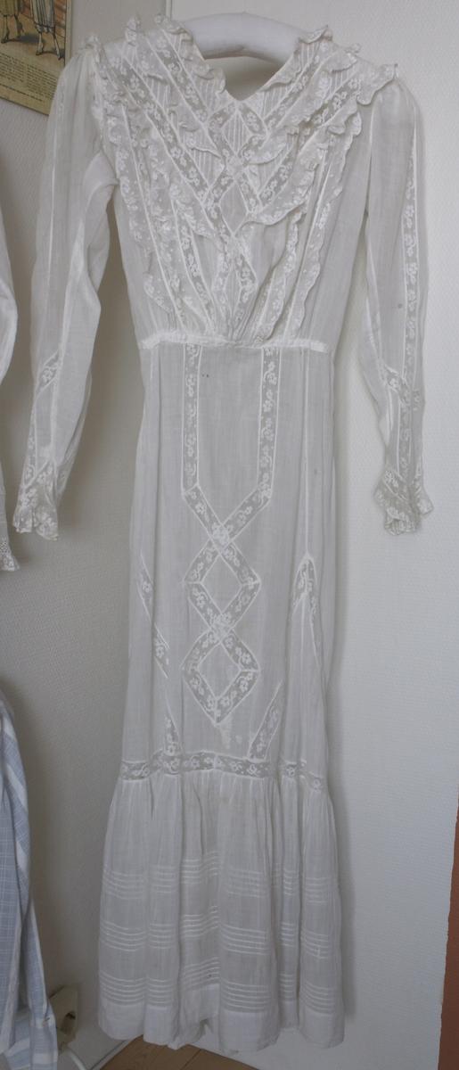 Hvit kjole. Mathilde Olsen brukte den (også LI-1480) i New Orleans og Porto Rico. Om hun har sydd dem selv eller kjøpt dem vet jeg ikke (1910-1914).
