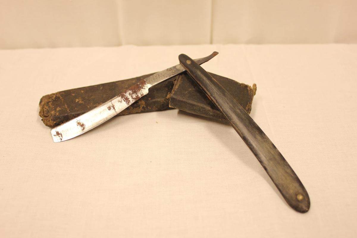 """Barberkniv i futtural. Preginger i futturalet. På knivbladet står det:James Johnson - ?ast steel - Dulce. Bladet er slipt ganske mye. Fra """"tante Dagmars hus i Svennevik"""""""