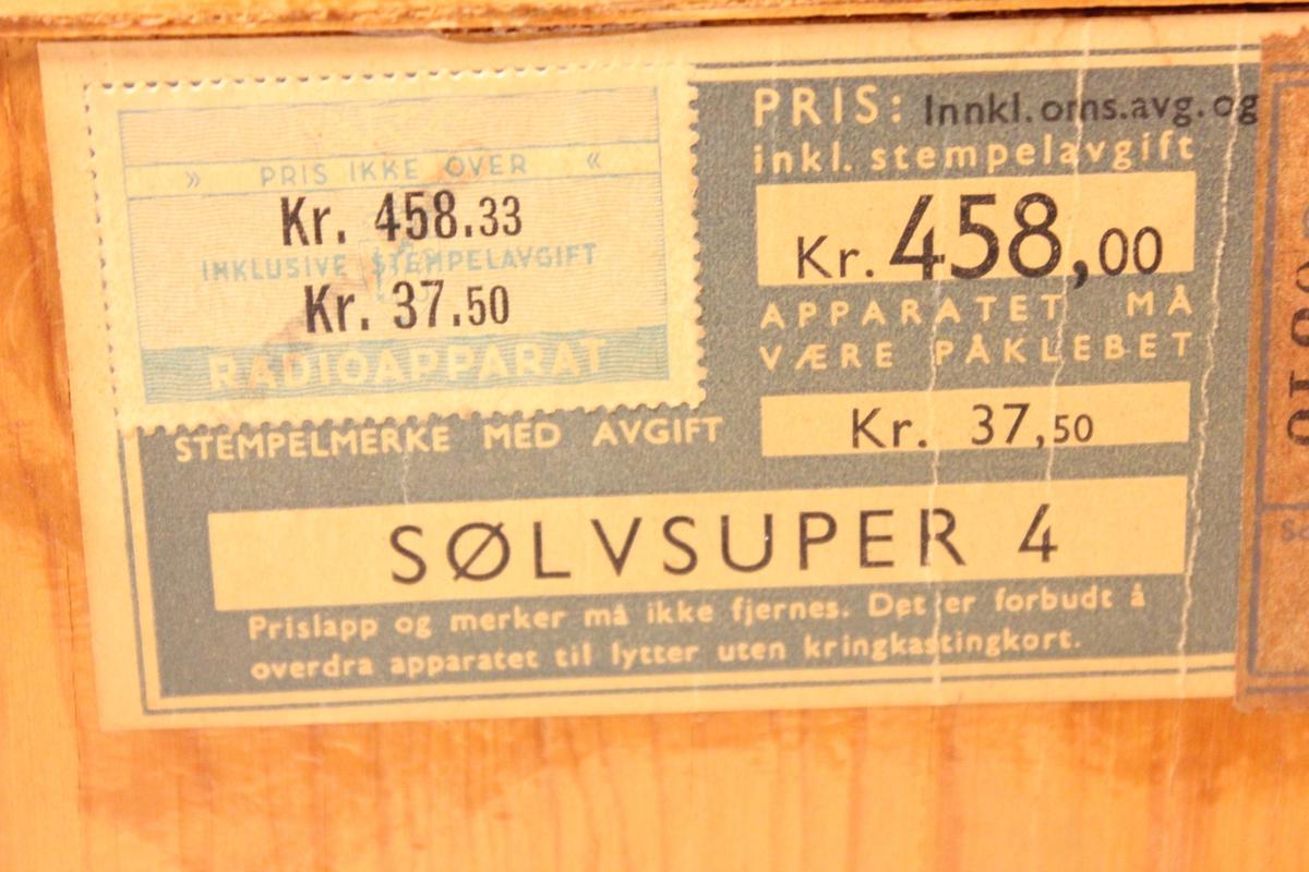 """En radio av merket """"Tandberg sølvsuper 4""""."""