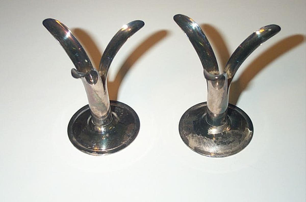 Form: Rund sokkel med liljeforma lysholdar