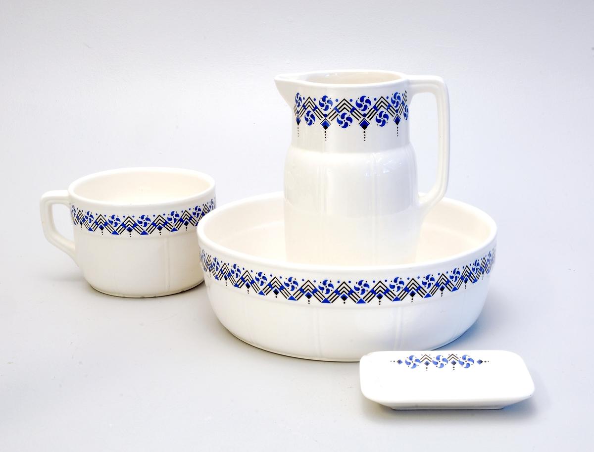 Vaskevatnfat, mugge, såpeskål og potte.  Bordedekor med linjer og stiliserte blomster.