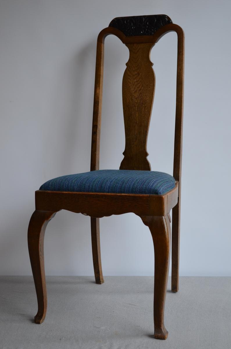 7 identiske stolar som høyrer til ein salong. Setetrekket er truleg trekt om i ettertid. Blåstripete stoff. På topp av stolryggen har treskjæringar (lønneblader og drueklaser).