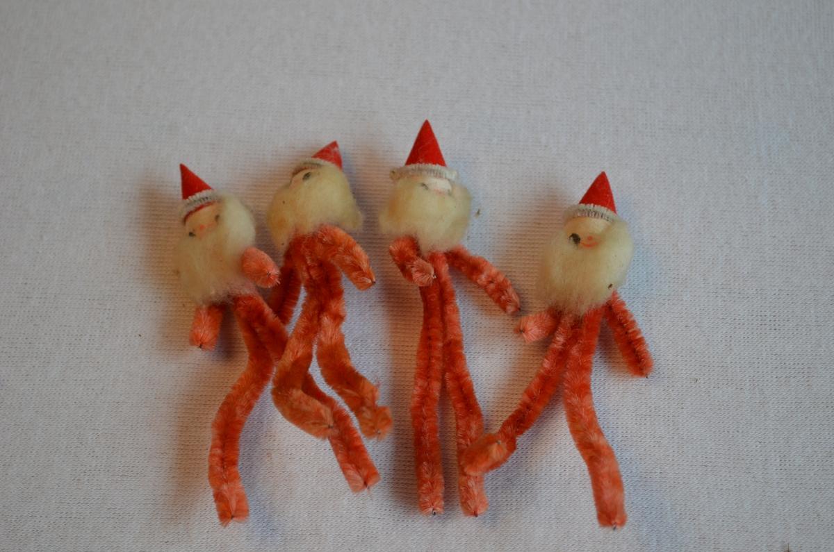 Julenissar laga av piperensarar. Raudfargen er falma. Ser heimelaga ut.