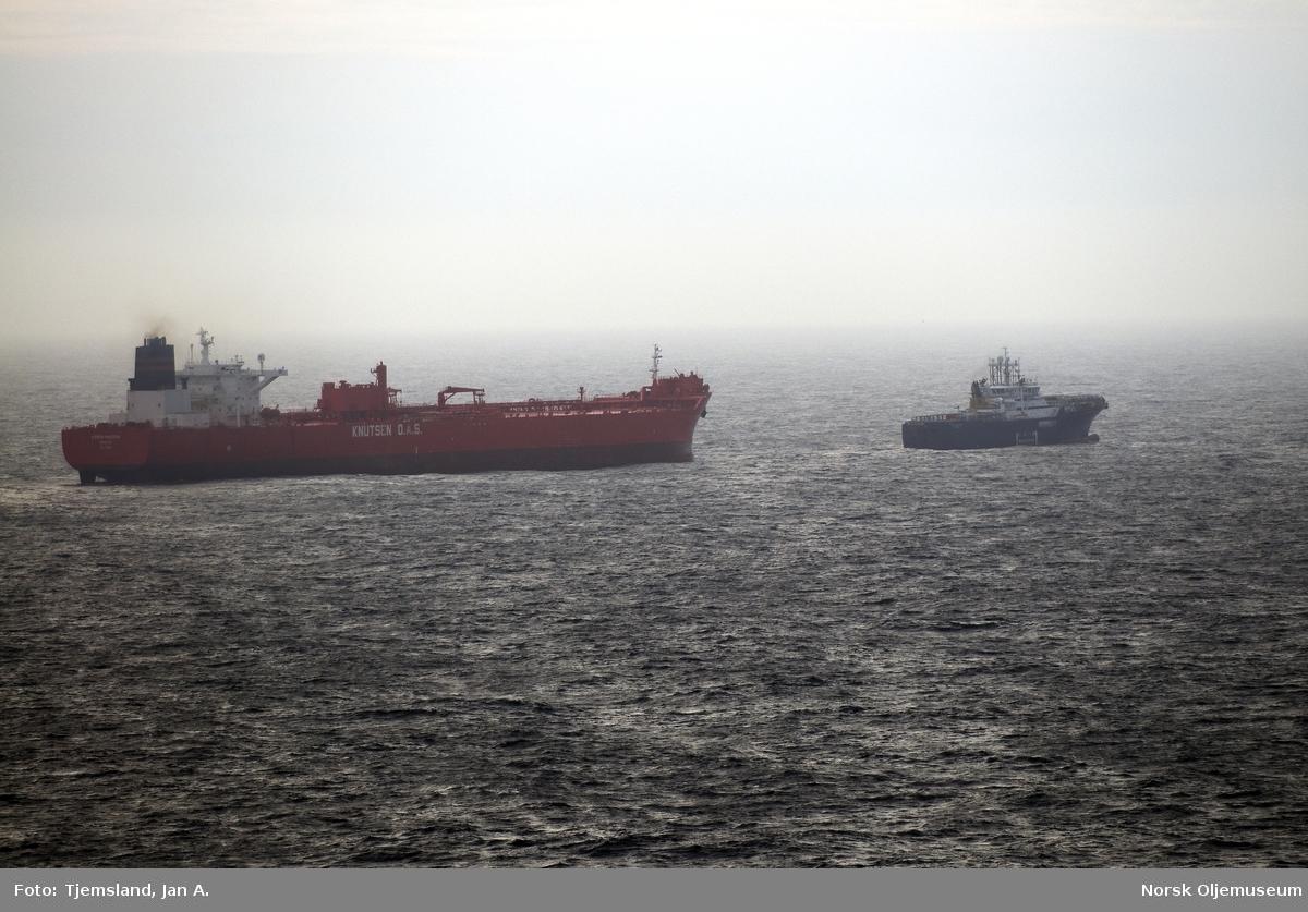 Bøyelasteren M/T Karen Knutsen er på vei for å laste råolje fra en av lastebøyene på Statfjordfeltet. Taubåt eller standby-fartøy assisterer tankeren. Foto tatt fra Statfjord C.