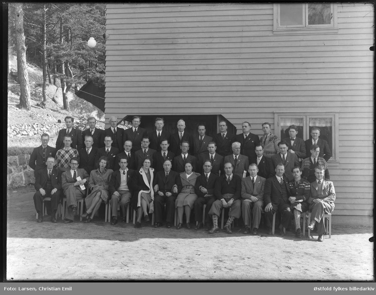 Kursdeltakere fotografert utenforFeriehjemmet i Bukta i Skjeberg, 1947-48.