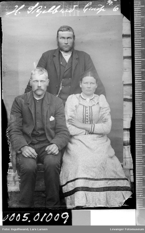 Portrett av to menn og en kvinne.