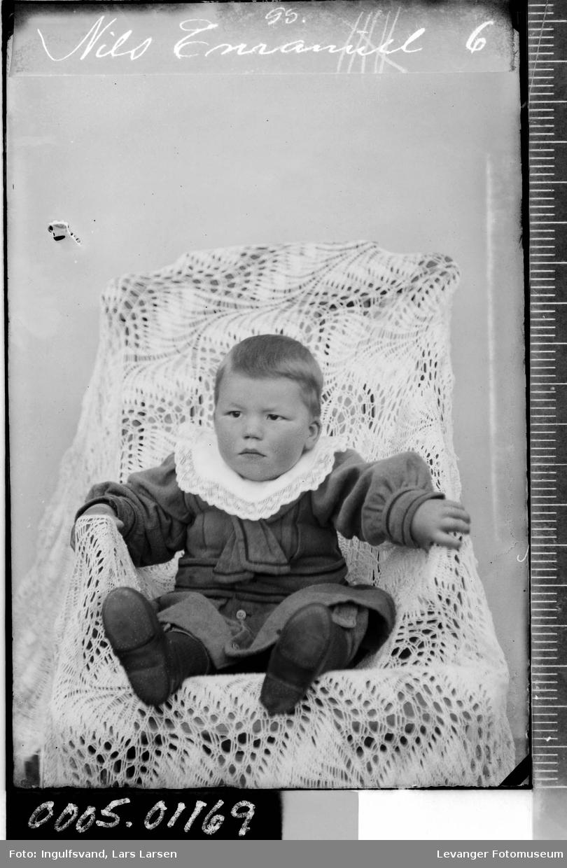 Portrett av en gutt i en stol.