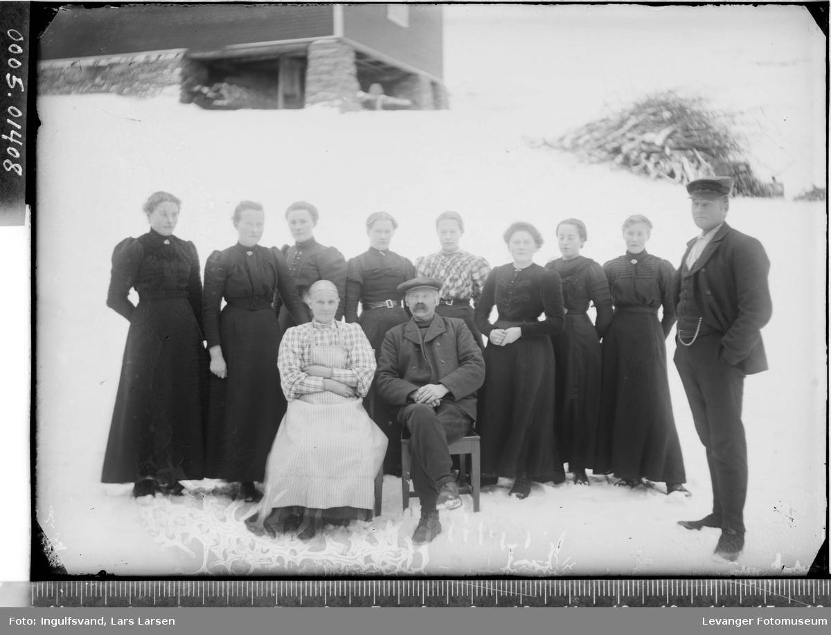 Gruppebilde av ni kvinner og to menn.