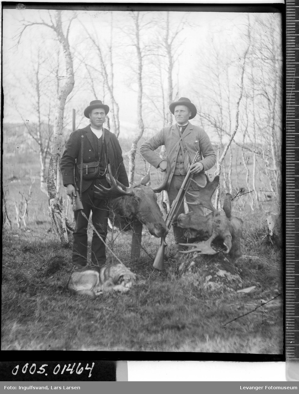 Portrett av to menn med våpen og elghoder.