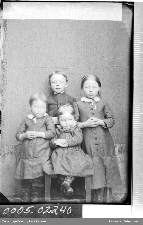 Gruppebilde av fire søsken..