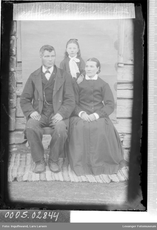 Gruppebilde av mann, kvinne og en jente.