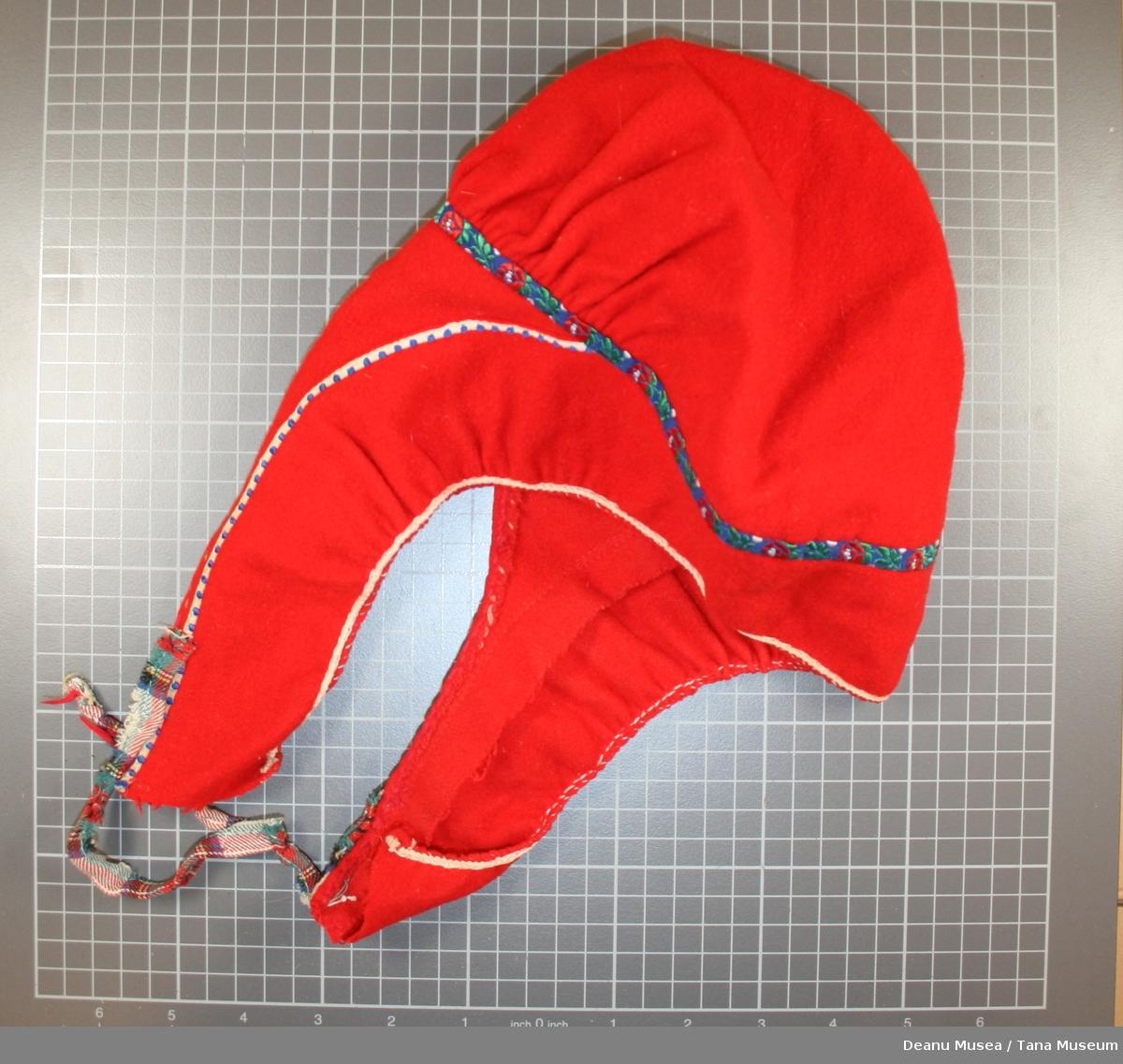 Rød samisk kvinnelue. Tynne pyntebånd i silke og blå perler. Mix farget snøring.