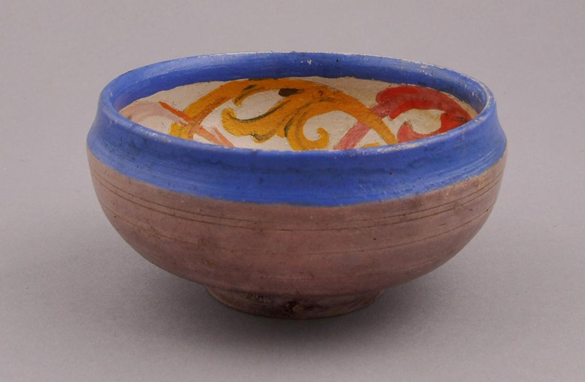 Lilten, dreia bolle eller kopp. Utvendig farge er rosalilla med ljos blå kant øverst. Innvendig er botnfargen kvitgul med roseåling i orange, raudt, gult, blått og rosa.