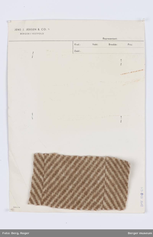 Et gammelt A4 ark med tre prøver på forsiden og en stiftet på på baksiden.  Fiskebensmønster