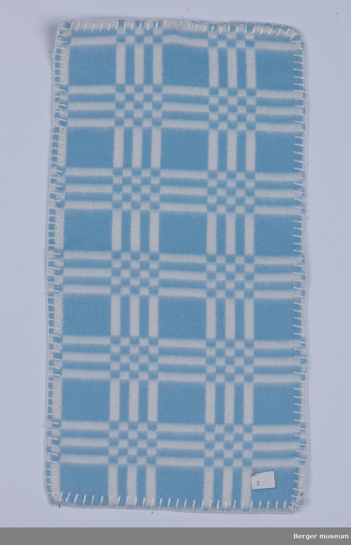 Flanellsteppe. Barnepledd 1 prøve Stripete med sjakkrutet mønster der stripene møtes. Dette mønsteret fantes antagelig også i gul og hvit i tillegg til rosa og hvit.